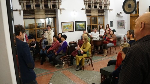 зрители обсуждают фильм
